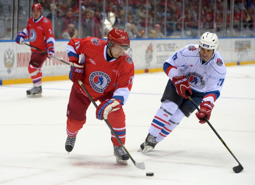 Le 10 mai 2014, Vladimir Poutine s'est essayé au hockey sur glace lors d'un match de gala opposant des amateurs aux vedettes du hockey russe à Sotchi