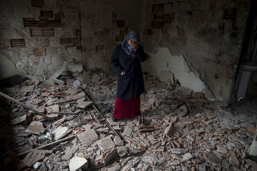 Une habitante de Kumanovo dans sa maison détruite pendant les combats des 9-10 mai