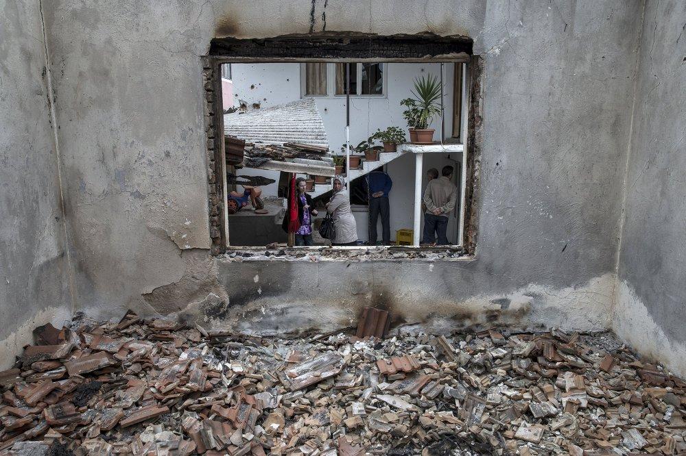 Des habitants de Kumanovo dans leur maison détruite pendant les combats