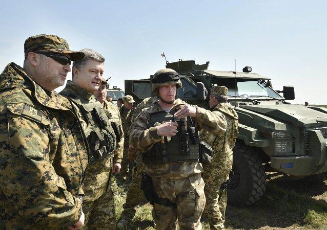 Piotr Porochenko (2e à gauche) inspecte ses troupes (archives)