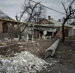 Village détruit dans le Donbass