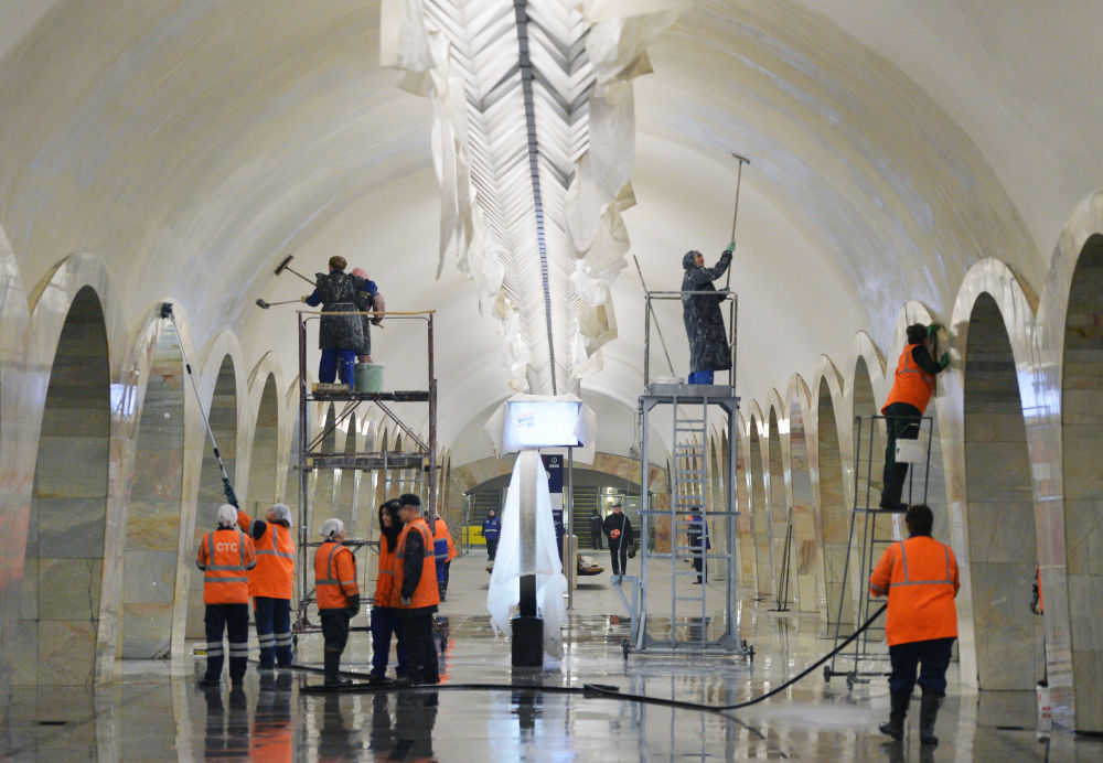 Une brigade de maintenance dans le métro de Moscou