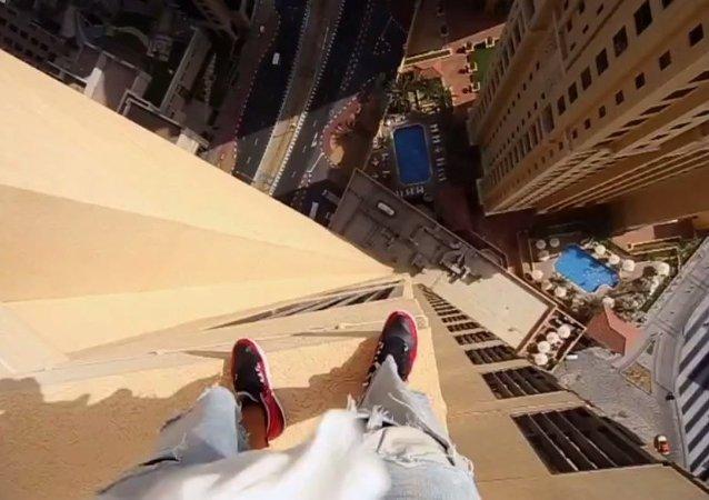 Parkour: il saute de balcon en balcon sur une tour de Dubaï