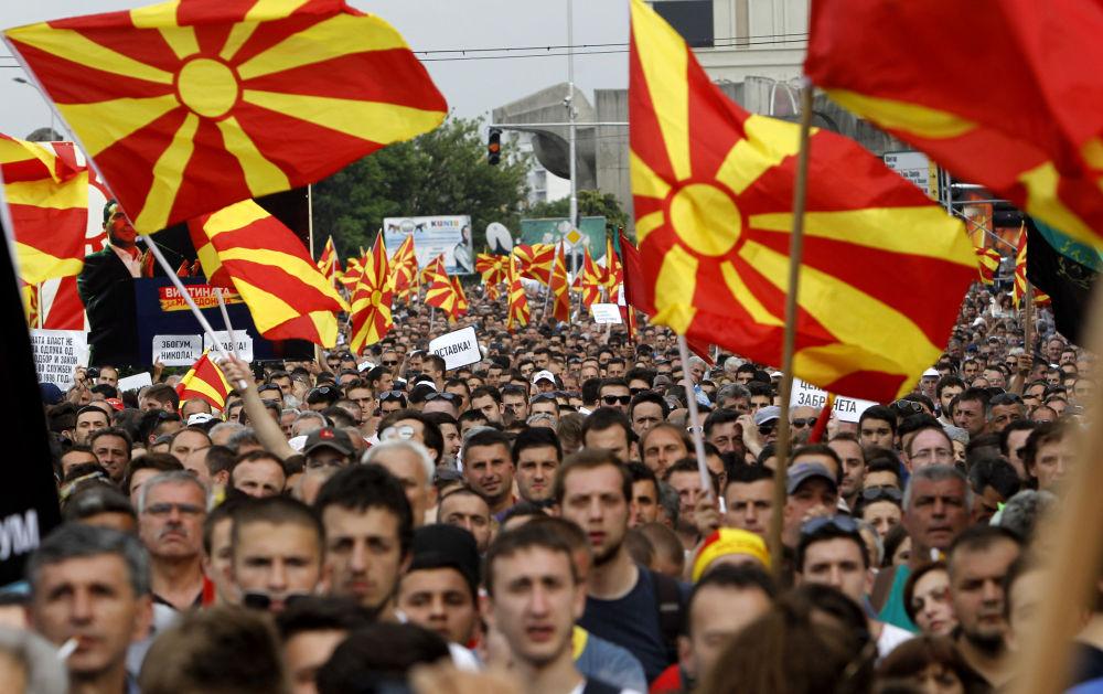 Des manifestants brandissant des drapeaux macédoniens à Skopje