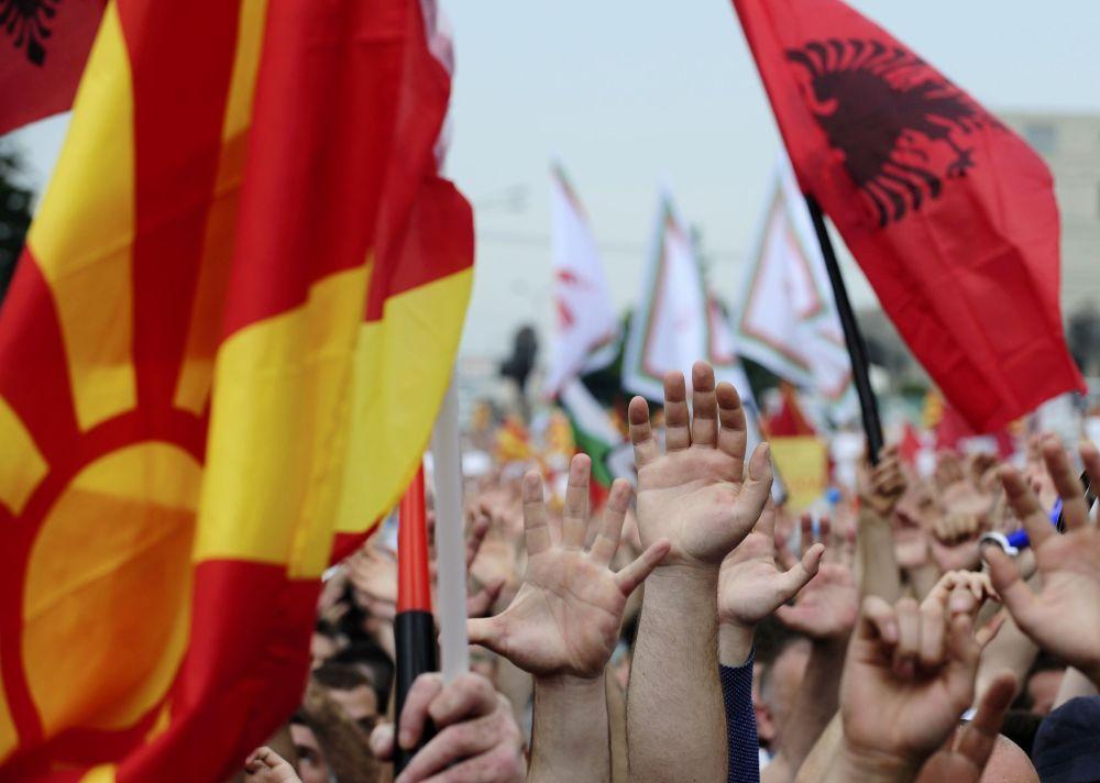 Les manifestants brandissant des drapeaux macédoniens et albanais à Skopje
