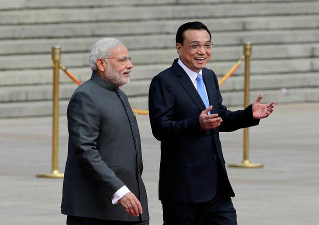 Narendra Modi (à gauche) et Li Keqiang
