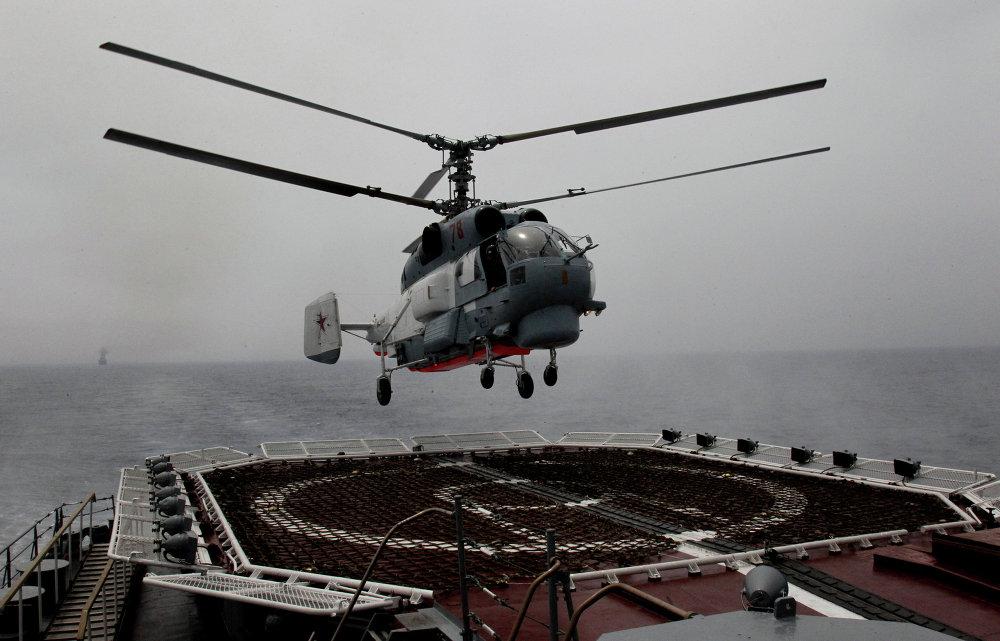 Un hélicoptère Ka-27PS en train d'atterrir sur le pont du croiseur lance-missiles Variag