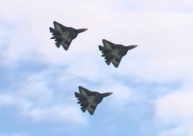 MAKS-2013: premier vol groupé de chasseurs russes de 5e génération T-50