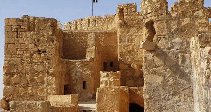 Le drapeau noir de l'EI flotte sur la citadelle de Palmyre.