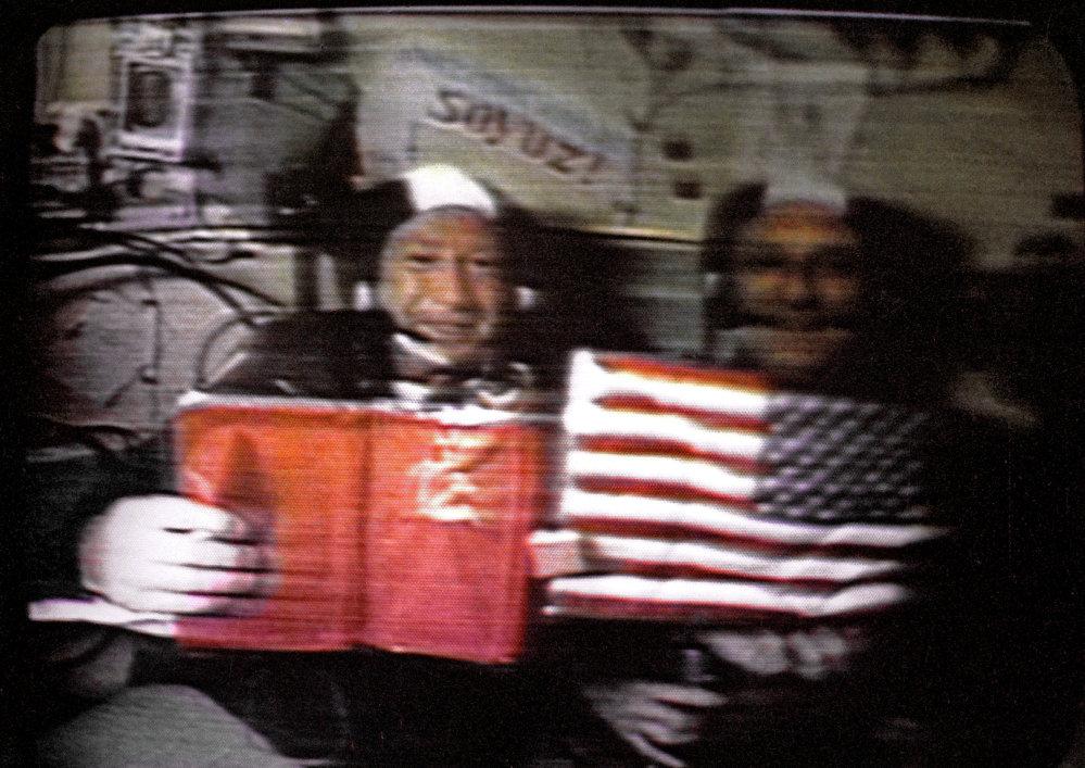 Alexeï Leonov (à gauche) et Thomas Stafford dans l'espace
