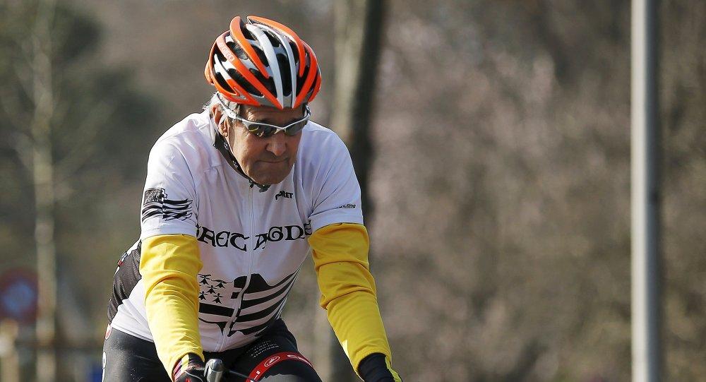 John Kerry fait du vélo au bord du lac Léman