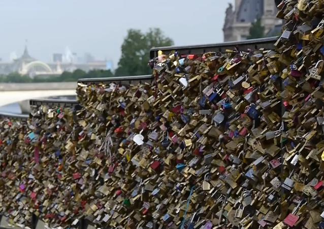 Paris libère le Pont des Arts des cadenas d'amour
