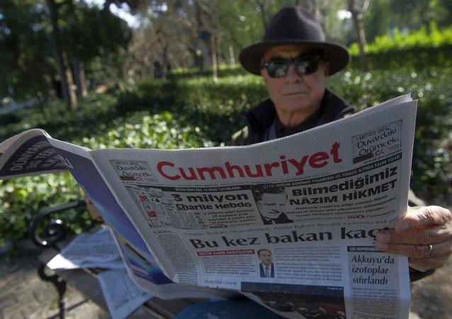 Un homme lit le quotidien turc Cumhuriyet (en turc : La République)