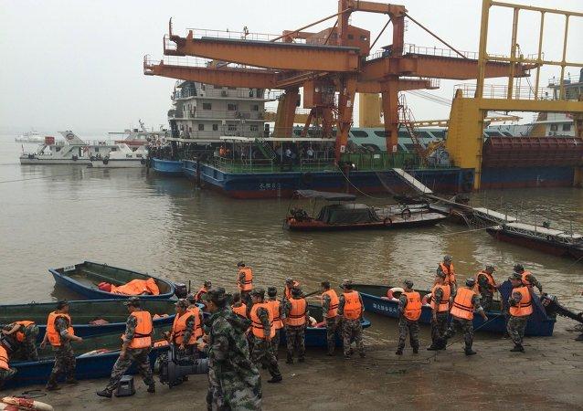 Secouristes sur les lieux du naufrage du navire de croisière chinois Dongfangzhixing