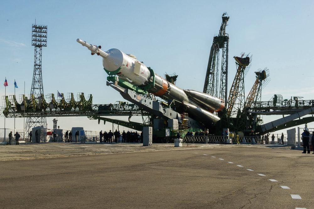 Déplacement du lanceur Soyouz-FG et du véhicule spatial Soyouz TMA - 16M vers la rampe de lancement.