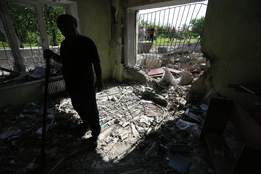 Un habitant de Gorlovka, région de Donetsk, dans sa maison détruite par les bombardements