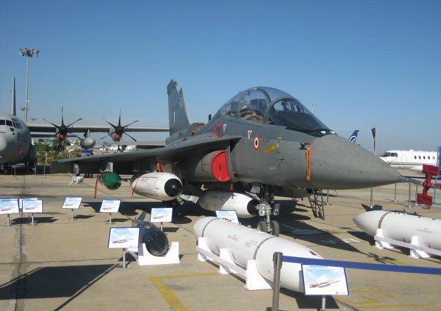 Un Tejas devant sa panoplie d'armement, lors d'une exposition en Inde, en 2011