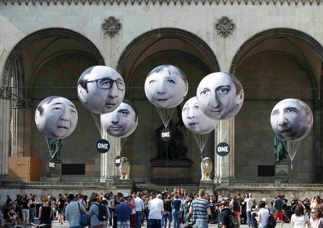 Ballons avec les images des dirigeants du G7