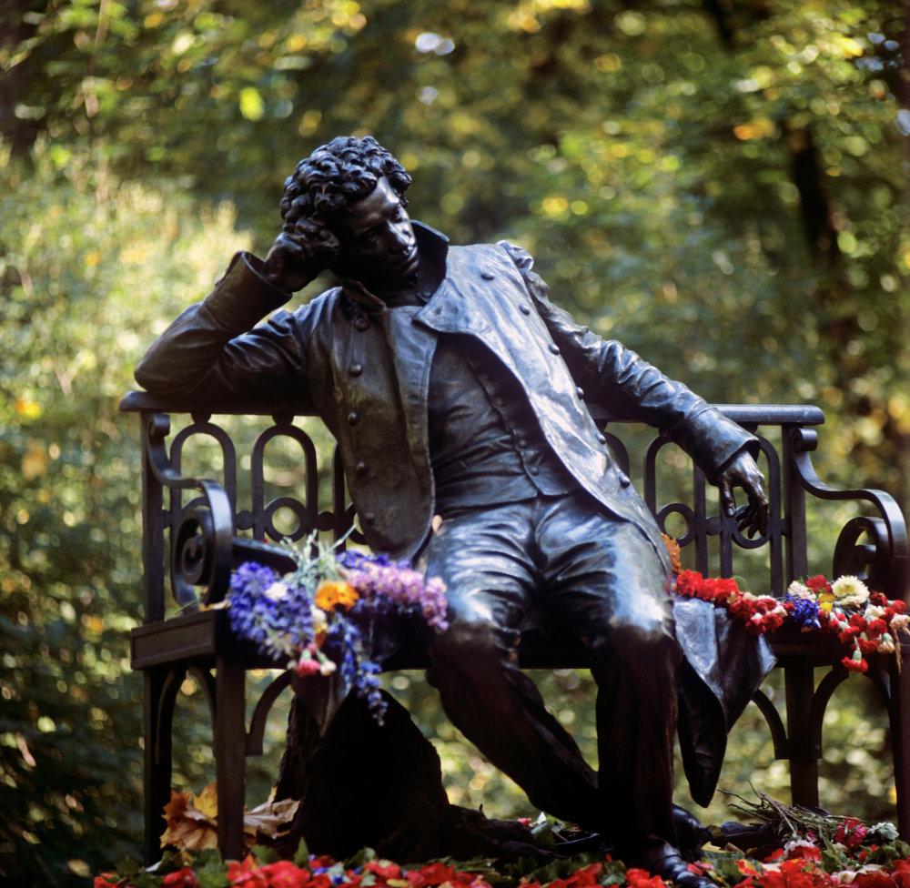 Un monument à Alexandre Pouchkine à Tsarskoïe Selo, une banlieue de Saint-Pétersbourg où le poète a fait ses études de lycée