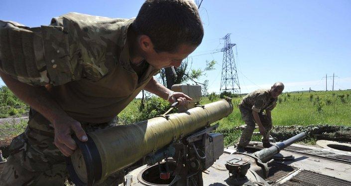 Ukraine: Kiev déploie les armes lourdes le long de la ligne de contact avec les insurgés
