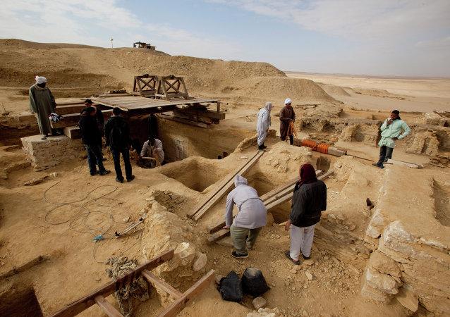 Égypte: les archéologues ouvrent deux sarcophages découverts à Saqqara
