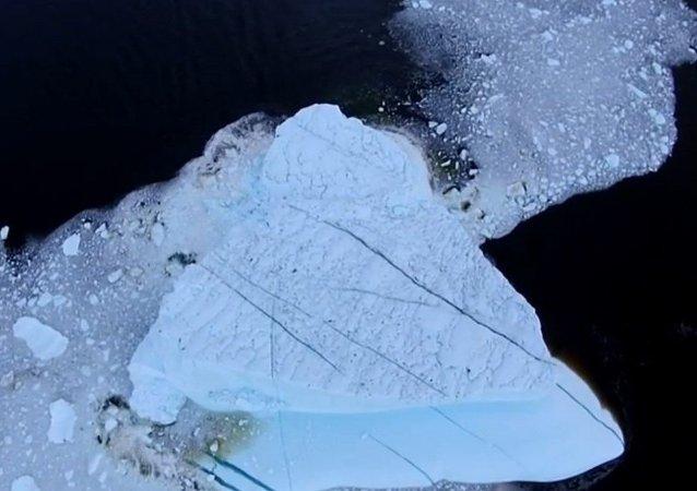 Le spectacle époustouflant d'un iceberg qui se désintègre
