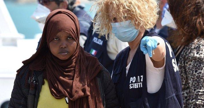 Un officier de police donne des indication aux clandestins, Sicile, Italie