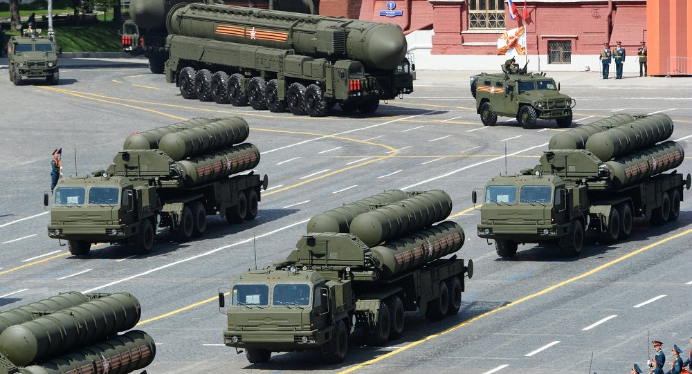 Parade de la Victoire. Systèmes de missiles sol-air S-400 Triumph.