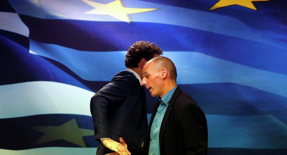 Yanis Varoufakis (D), ministre grec des Finances, et Jeroen Dijsselbloem, président de l'Eurogroupe