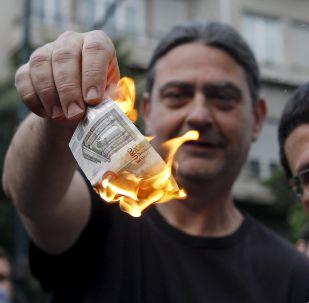 Un Grec brûle un billet de 5 euros