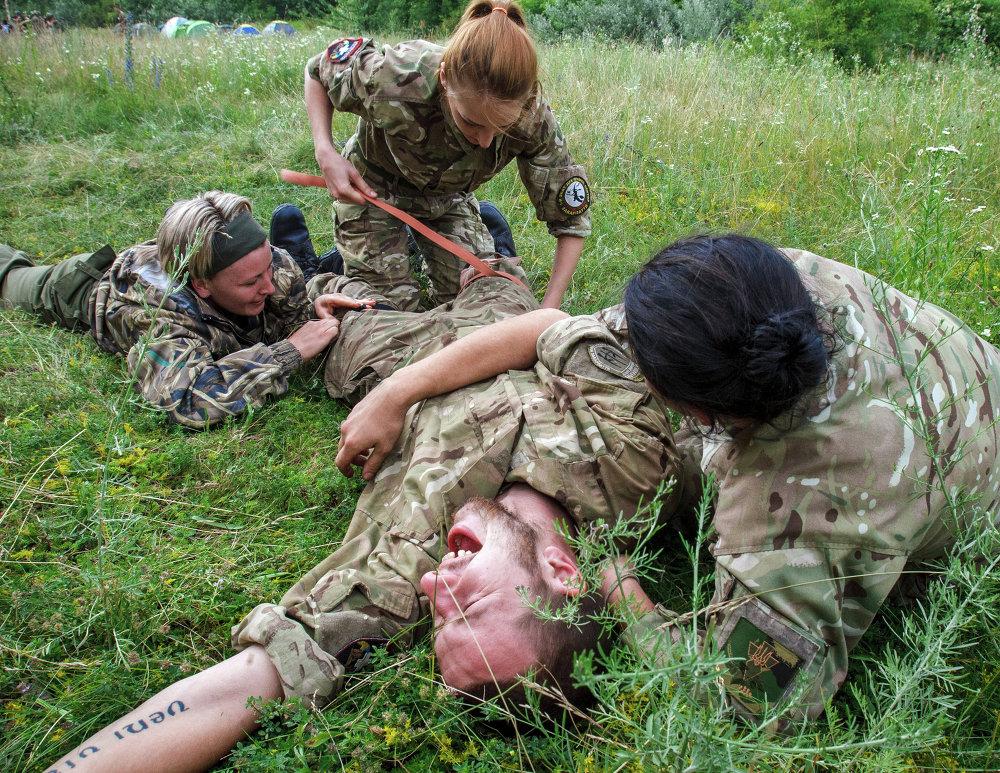 Des manœuvres de la Centurie féminine de  Secteur droit dans l'oblast de Transcarpatie (ouest de l'Ukraine)