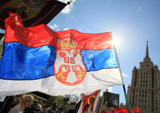 Drapeau serbe à Moscou