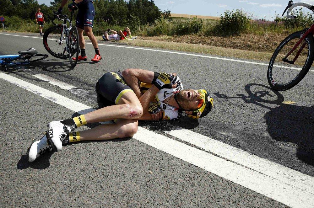 Le Néerlandais, Laurens Ten Dam, blessé lors de la chute collective