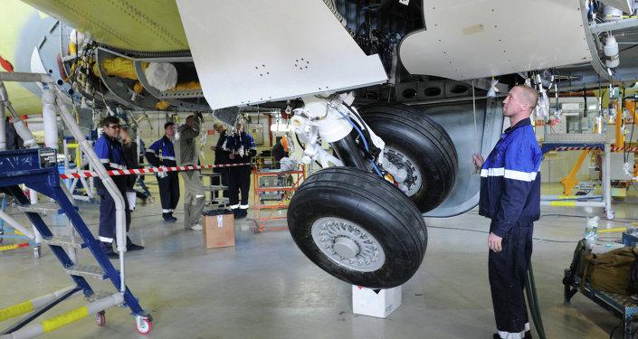 Рабочие в сборочном цехе самолетов Сухой Суперджет-100 авиационного завода имени Гагарина в Комсомольске-на-Амуре.