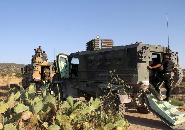Soldats tunisiennes et la police