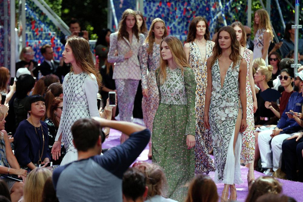 La mannequin présente la collection Christian Dior