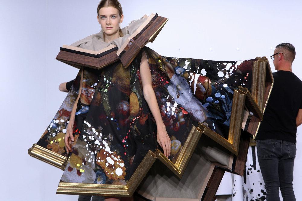 La mannequin se prépare à présenter une création de la collection Viktor & Rolf