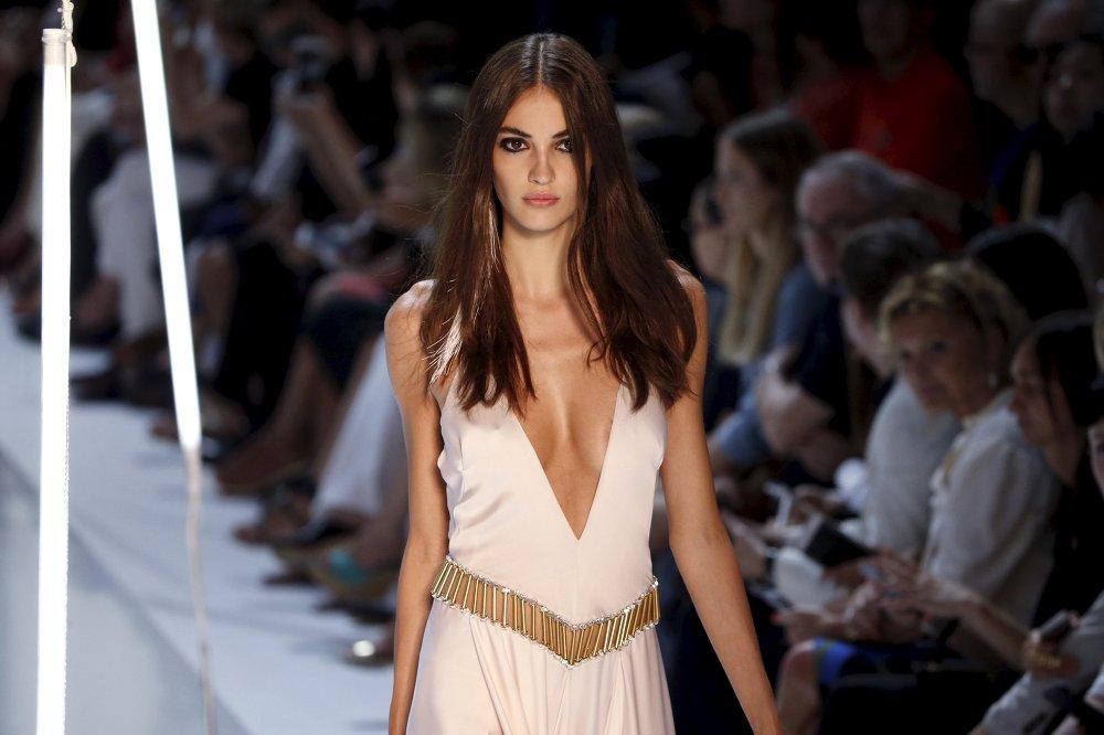 La mannequin présente une création du couturier français Alexandre Vauthier