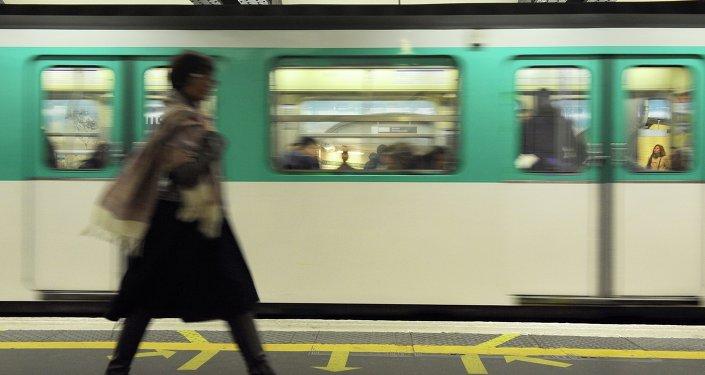 Une femme  sur une plate-forme du métro parisien alors qu'un train arrive, le 28 octobre 2010 à Paris.