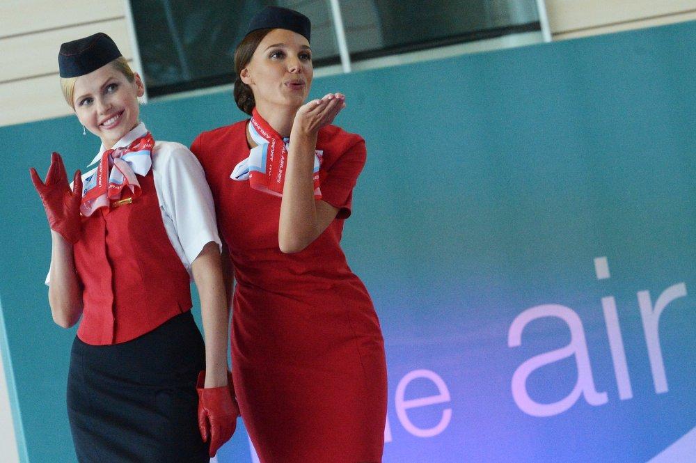 Des représentantes de la compagnie aérienne Ural Airlines pendant le défilé de l'uniforme des compagnies partenaires de DME