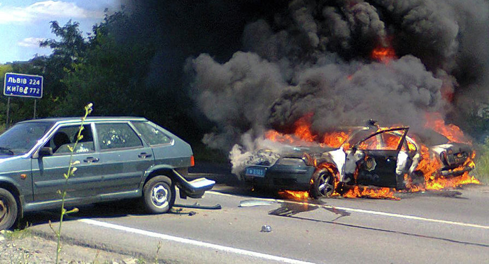 Deux voitures de la police en train de brûler, Moukatchevo, Ukraine