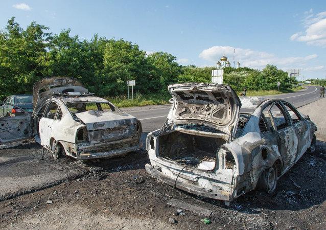 Deux voitures de la police brûlées, Moukatchevo, Ukraine
