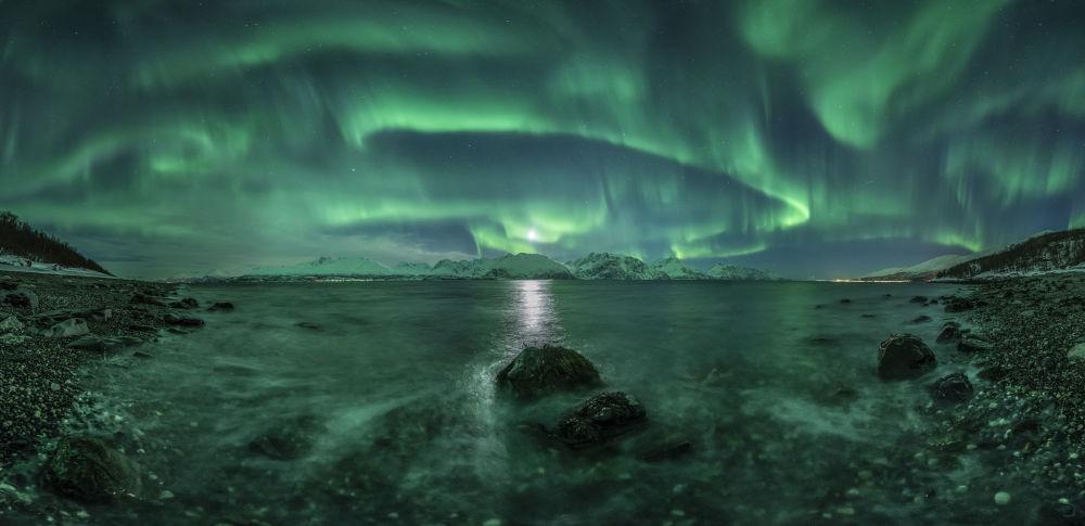 Une aurore boréale au-dessus du fjord de Lyngen, Norvège