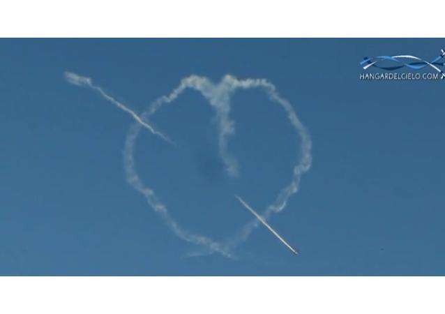 Des pilotes dessinent un grand coeur dans le ciel