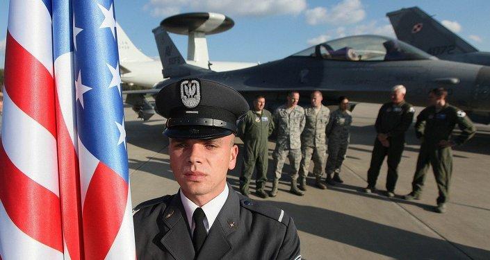 Militaire polonais à côté d'un drapeau américain