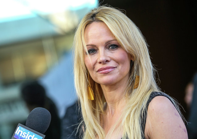 Pamela Anderson suggère à Paris de «rejoindre au lit» Londres et Washington