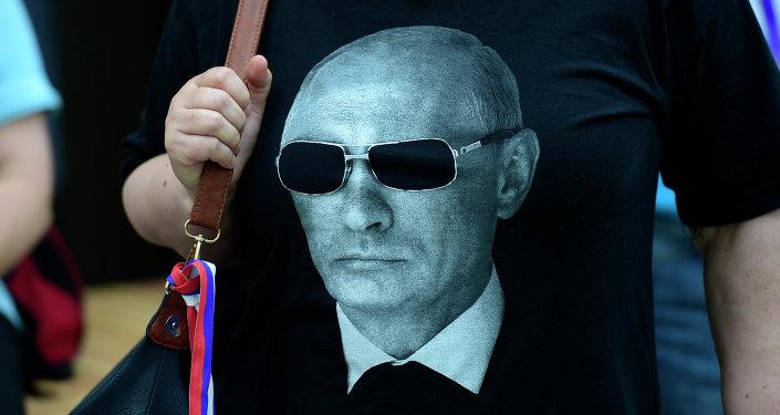 Une femme portant un t-shirt Poutine attend l'arrivée du président russe à l'Exposition universelle Expo Milano. 10 juin 2015