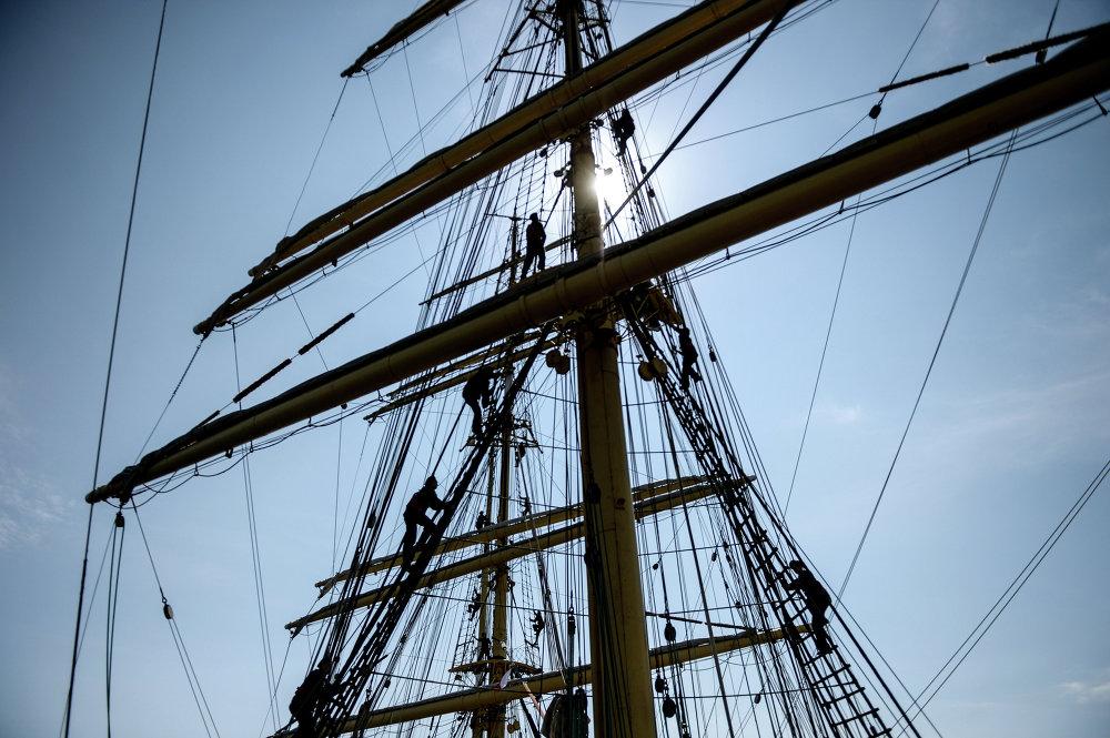 Les matelots du navire-école Krusenstern s'entraînent à établir les voiles