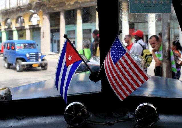 Drapeaux de Cuba et des USA