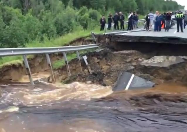Sibérie: un torrent détruit une route